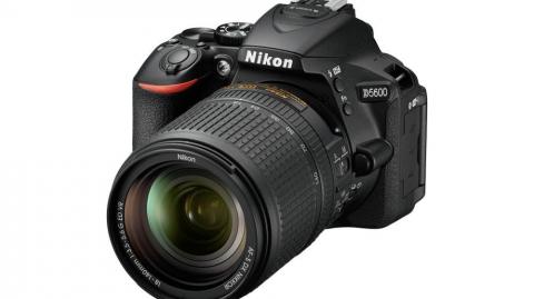 Nikon D5600 váz (3év) + 18-140 AF-S VR kit